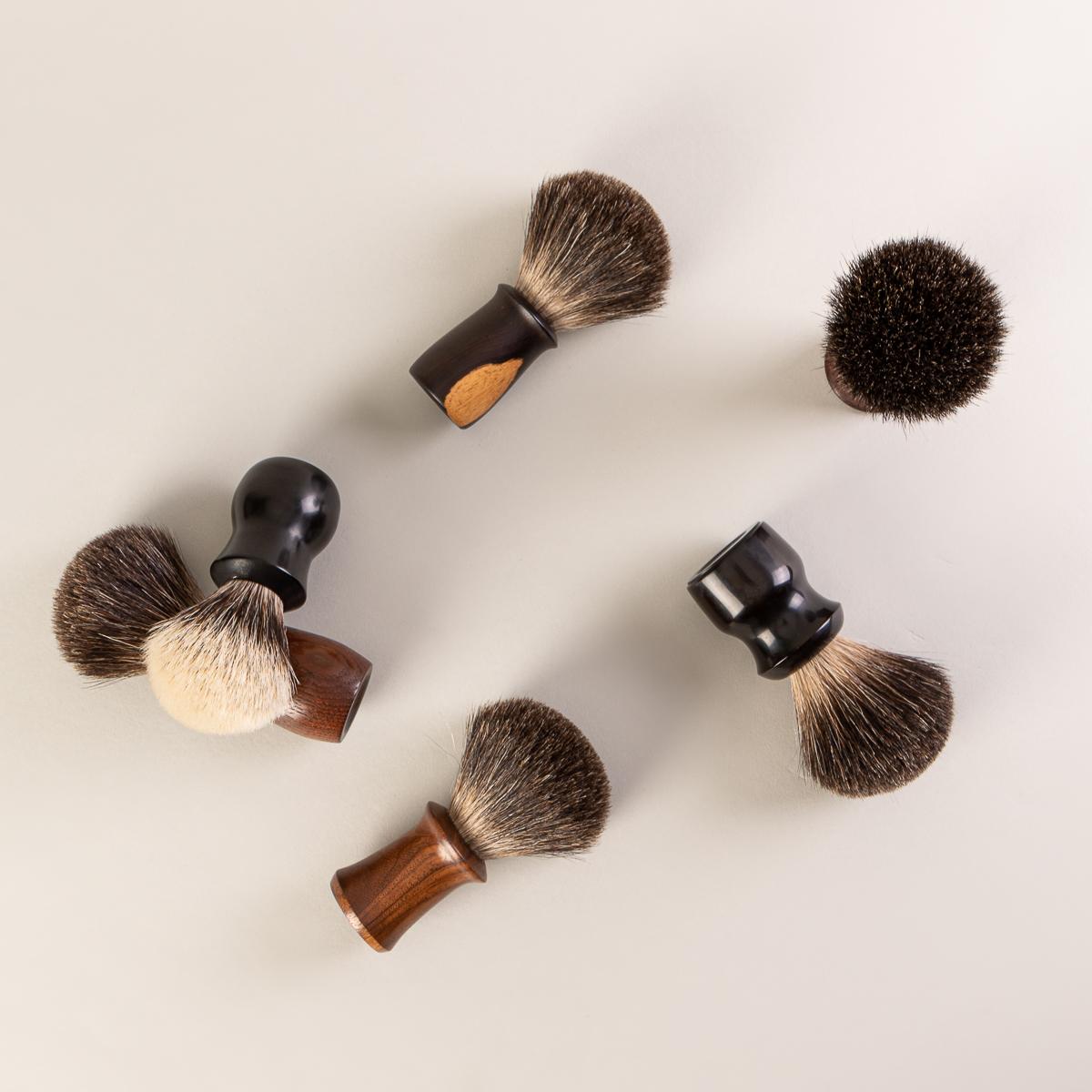 Vue de la collection de blaireaux pour la barbe de l'artiste québécois Attila Hrubos