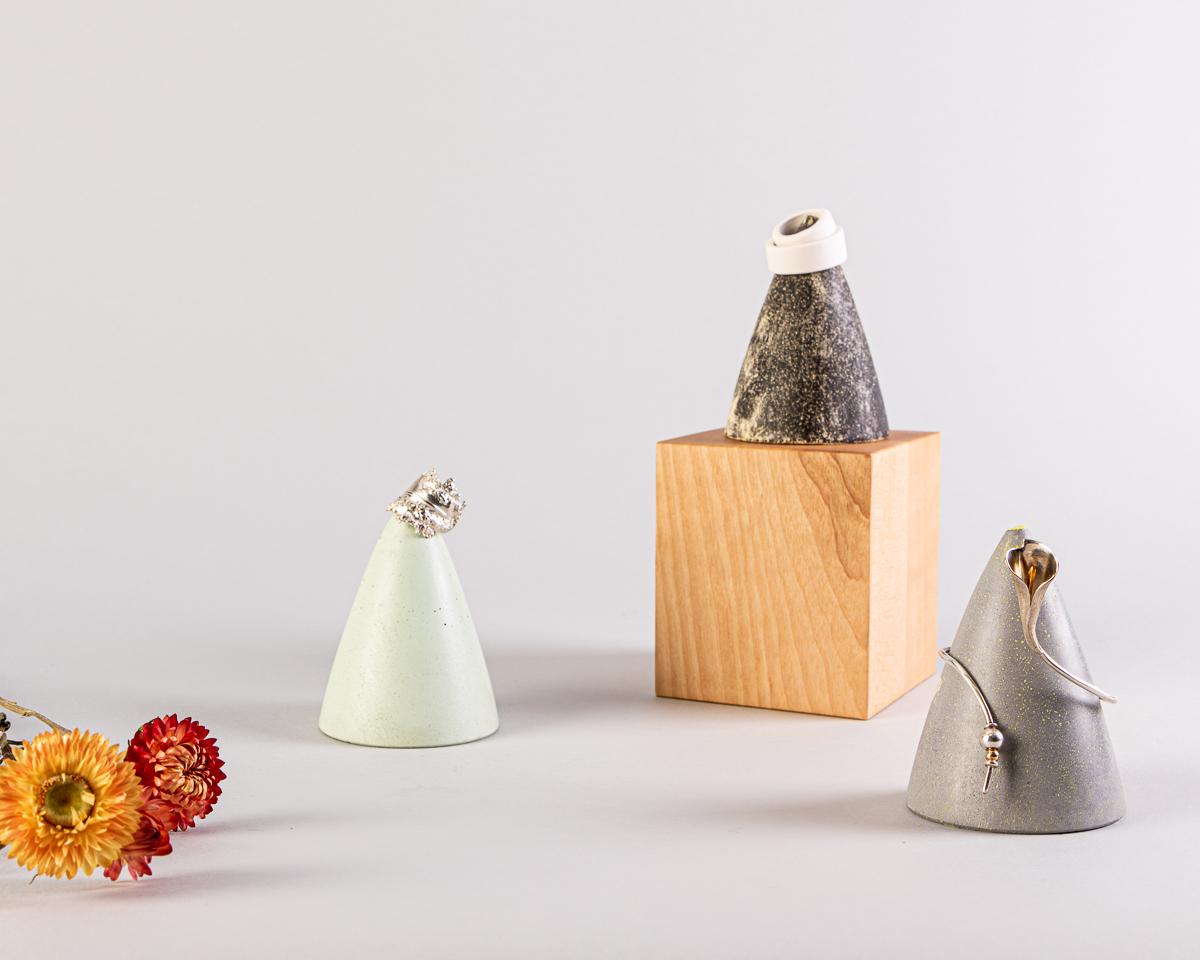 Cône de présentation à bijoux en béton fait à la main, au Québec. Disponibles en 3 couleurs