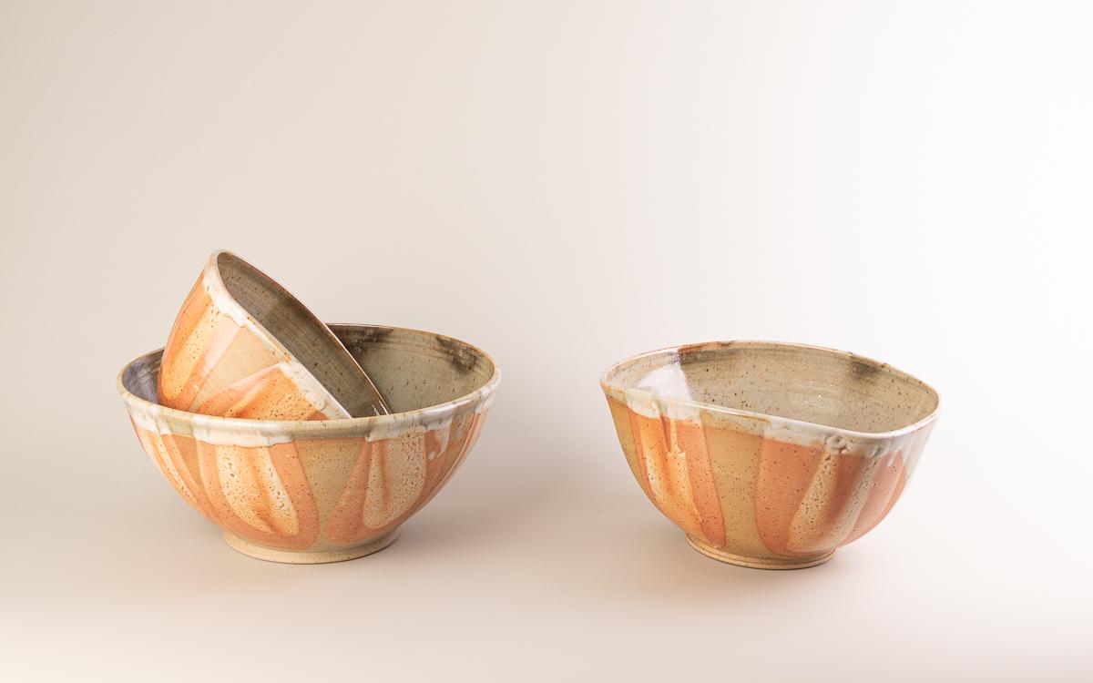 Vue de 3 saladiers en céramique faits à la main par Fabienne Synnott
