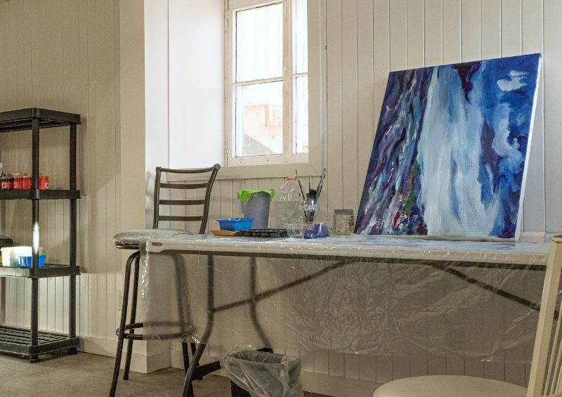 Painting artist in the White artist studio for rent.