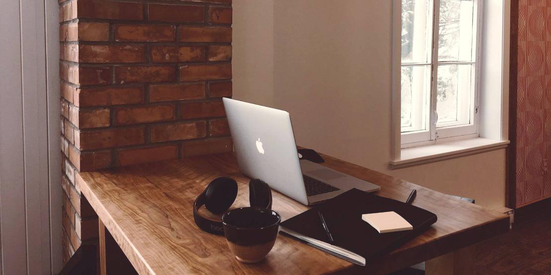 Vu d'un ordinateur et d'un cahier de note pour la création de site web