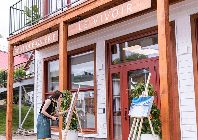 Artiste-peintre à l'œuvre dans un des espaces performances du Vivoir