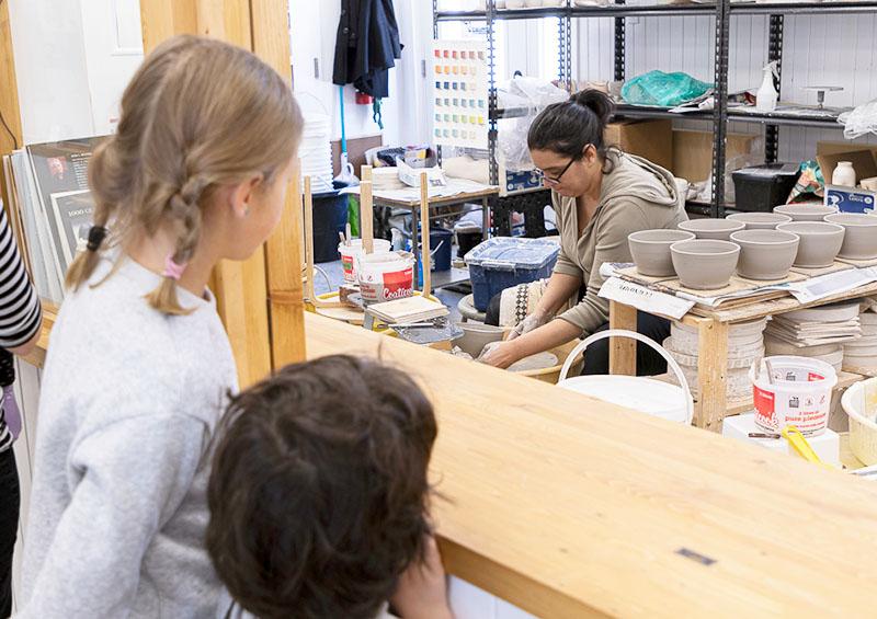 Vu des équipements d'une artiste en gravure et estampe